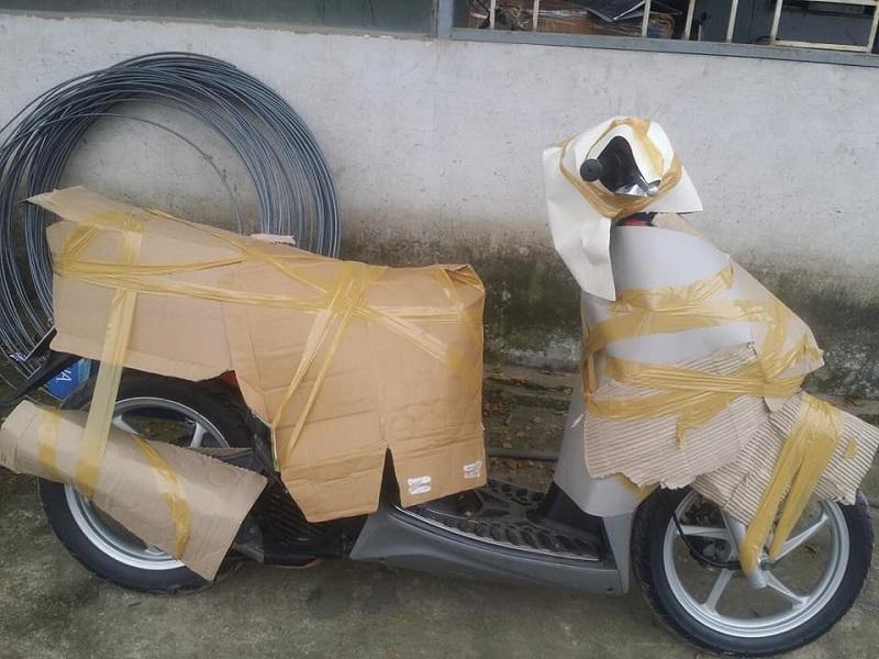 bọc xe máy bằng giấy carton