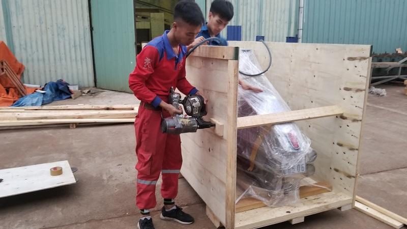 bọc xe máy bằng thùng gỗ
