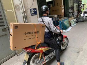 cách vận chuyển tivi bằng xe máy, xe khách đi xa hiệu quả